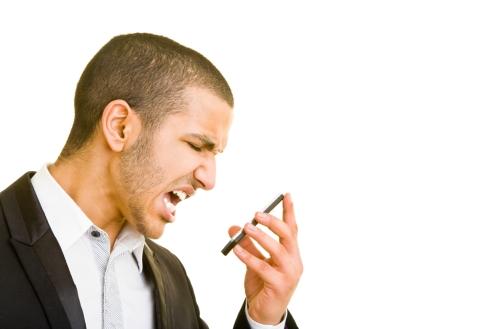 Junger Manager schreit in sein Handy